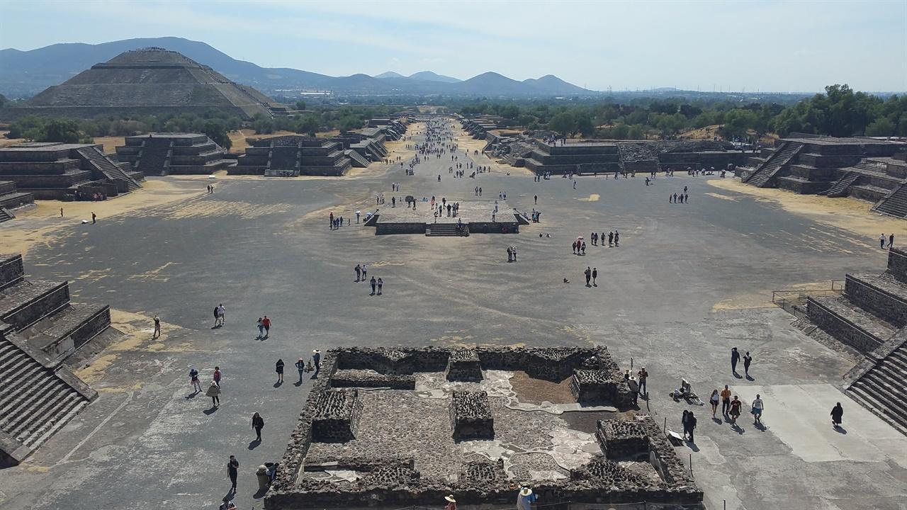 테오티우아칸 달의 피라미드에서 본 테오티우아칸의 모습. 좌측에 태양의 피라미드가 보인다.