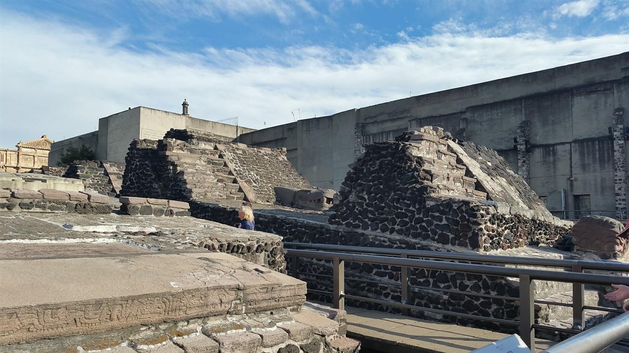 뗌쁠로 마요르 테노치티틀란의 중심 신전이나 스페인에 의해 다 파괴되고 일부 돌계단과 잔해만이 남아있다.