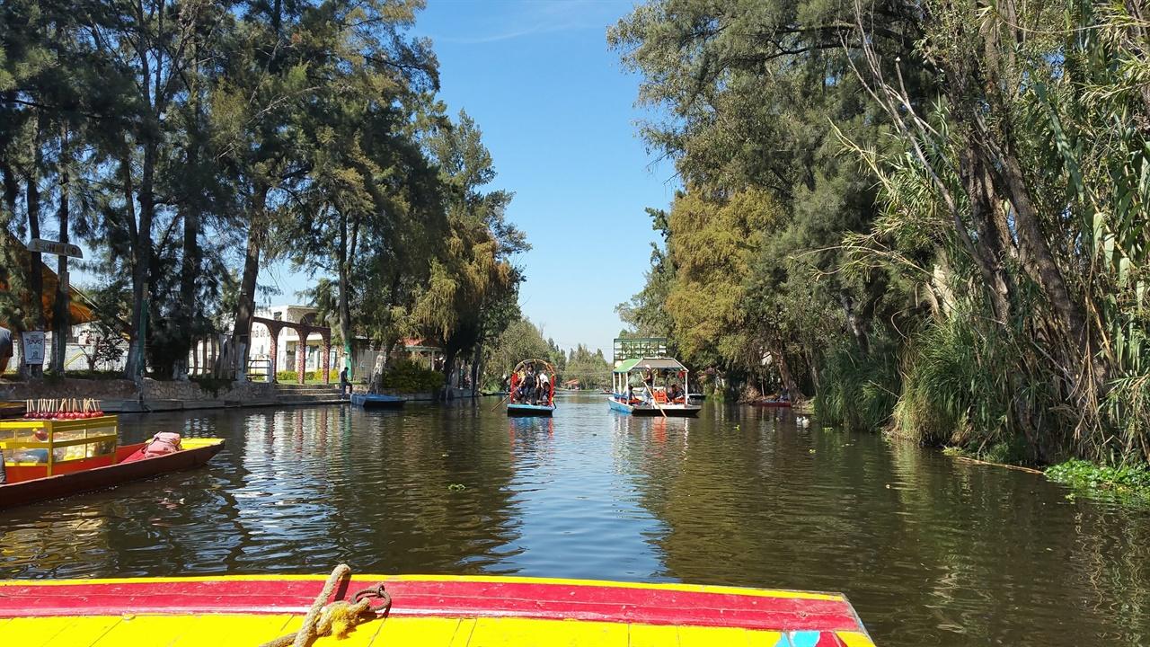 소치밀코 아즈텍 시대에 건설된 거대한 수상 운수 시설의 마지막 유적지. 지금은 화려한 색의 곤돌라형 보트가 크루즈로 방문객을 실어나르는 유명 관광지이다.