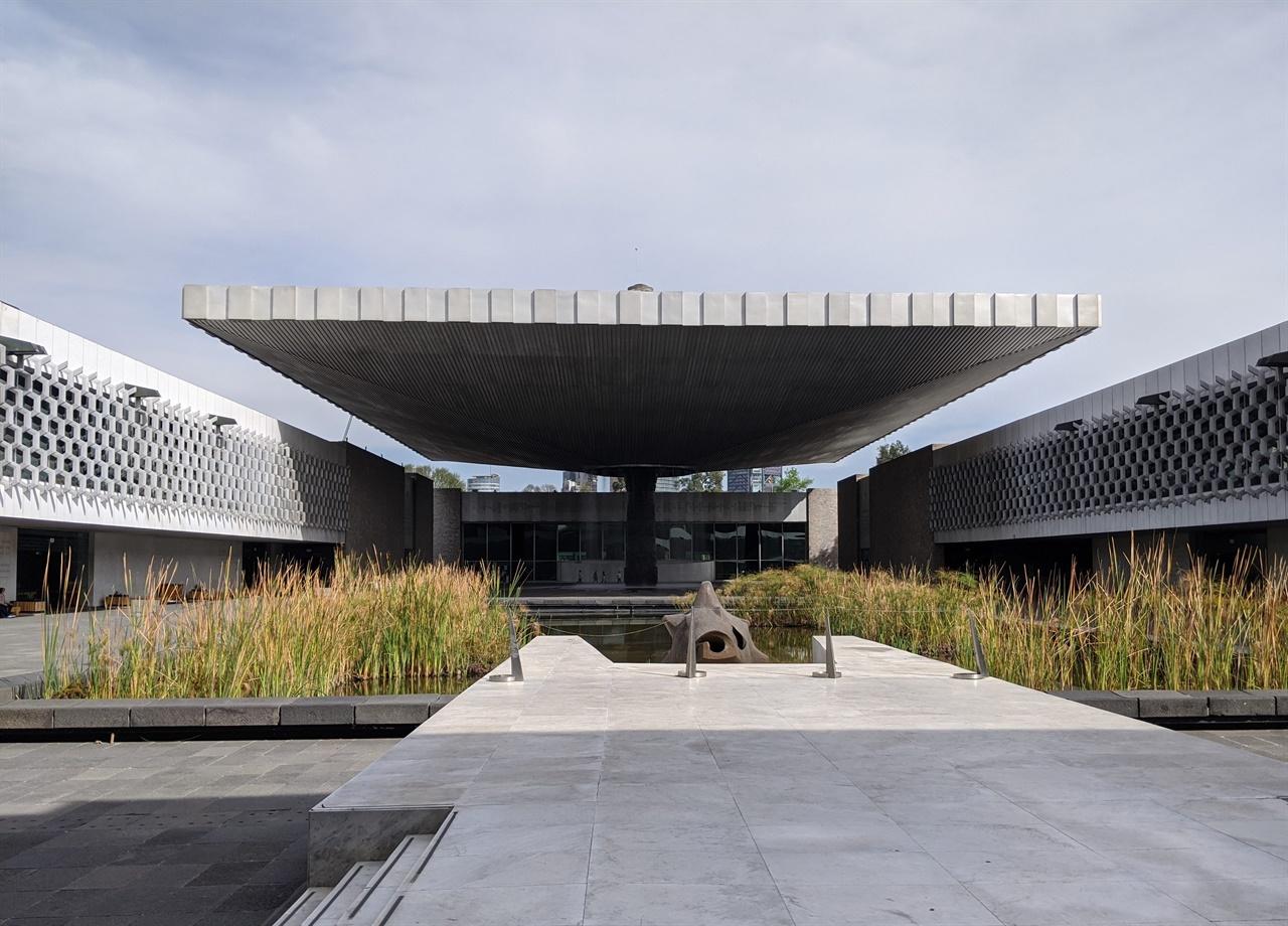 멕시코 국림 인류학 박물관 2층으로 되어 있는 세계 최대 인류학 박물관으로 아래층은 선사시대부터 아스텍, 마야, 테오티우아칸, 톨텍, 와하카 등 원주민 종족별 지역별로 구분된 12개 전시실이 있고 위층에는 멕시코 전역의 민족사가 모형물로 전시되어 있다.