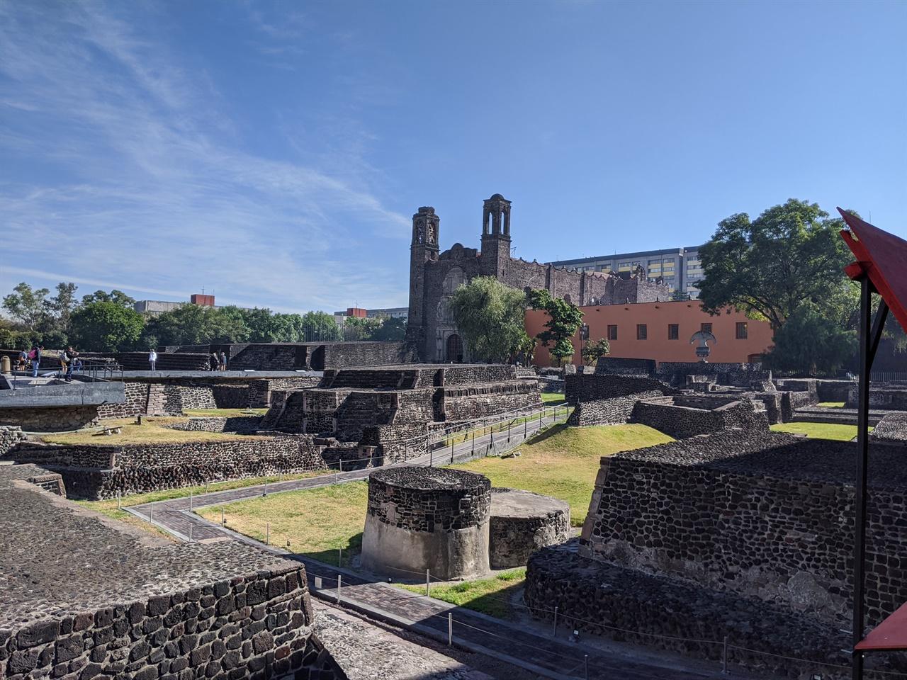 틀라텔롤코 스페인 정복 이전의 토착 원주민 문명, 스페인 문명, 현대 문명 등 세 가지 문명이 공존하고 있는 대표적인 곳. 1968년 대학살이 일어난 곳으로도 유명하다.