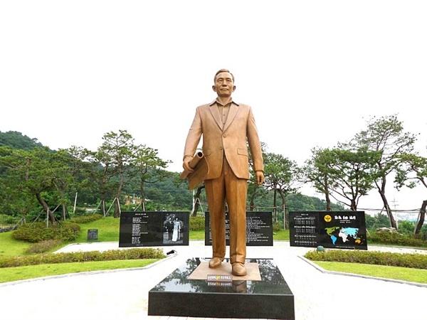 생가 옆에 있는 박정희 동상