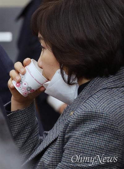 미래통합당 김순례 의원이 2일 오전 서울 여의도 국회에서 열린 최고위원회의에 참석하고 있다.