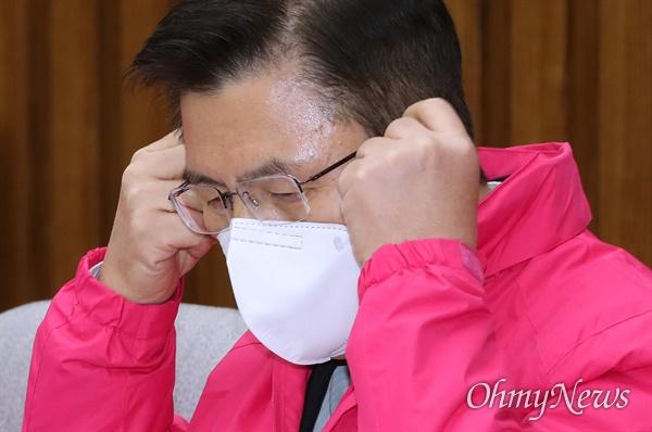 마스크 벗는 황교안 미래통합당 황교안 대표가 2일 오전 서울 여의도 국회에서 열린 최고위원회의에서 모두발언에 앞서 마스크를 벗고 있다.