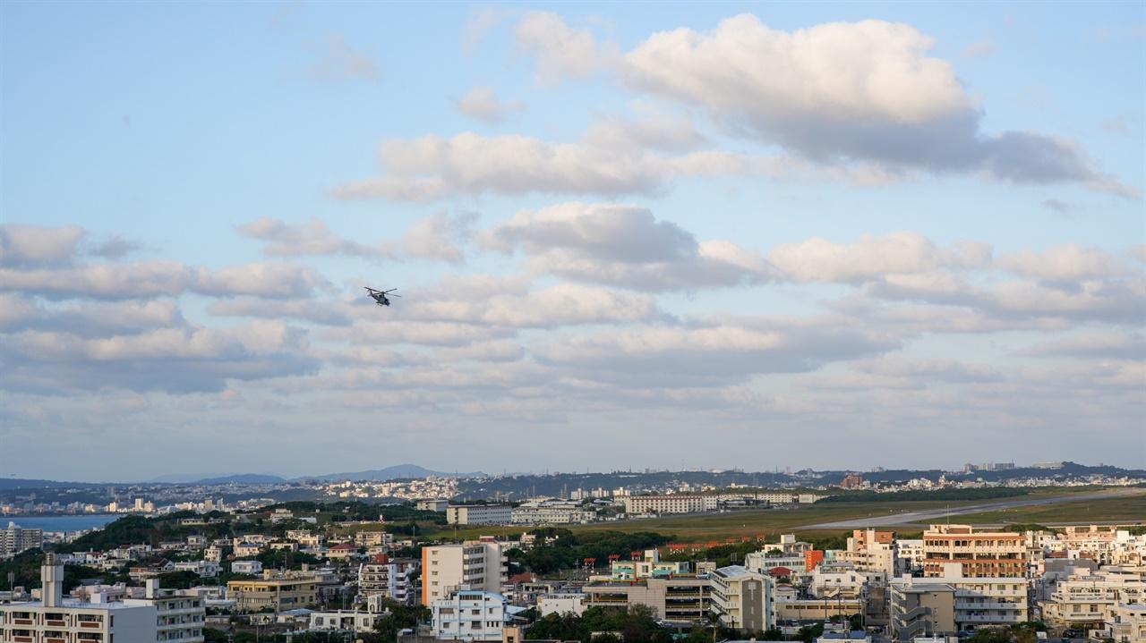 후텐마 기지에 전투기가 착륙하고 있습니다