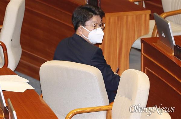 마스크 낀 권성동 의원 미래통합당 권성동 의원이 2일 오후 서울 여의도 국회에서 열린 본회의에서 정치·외교·통일·안보 분야 대정부질문에 참석하고 있다.