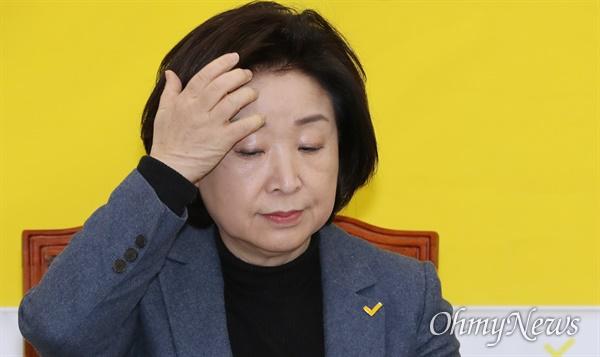굳은 표정의 심상정 정의당 심상정 대표가 3일 오전 서울 여의도 국회에서 열린 의원총회에 굳은 표정으로 참석하고 있다.