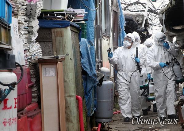 수도방위사령부 211연대 장병들이 3일 오후 강남구 구룡마을에서 신종 코로나바이러스 감염증(코로나19)확산 예방을 위해 방역작업을 벌이고 있다.