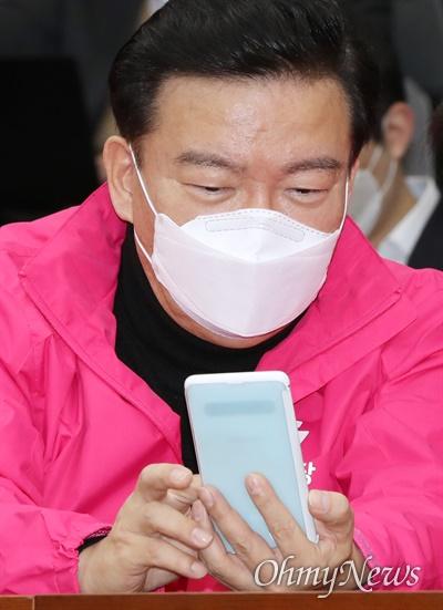 컷오프된 민경욱 의원 최근 미래통합당 공천 심사에서 탈락한 민경욱 의원(인천 연수구을)이 3일 오전 서울 여의도 국회에서 열린 원내대책회의에 참석해 휴대폰을 꺼내 보고 있다.