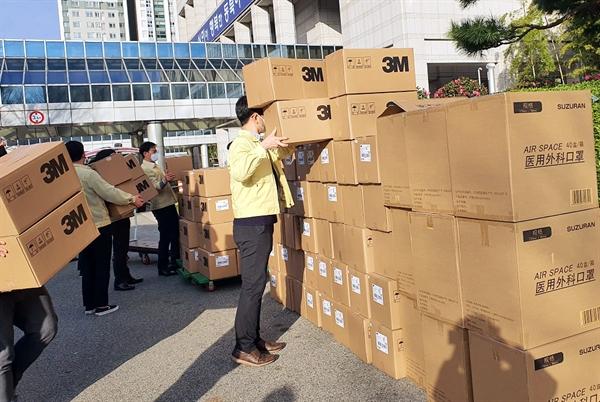 상하이발 기증 마스크가 부산에 도착했다.