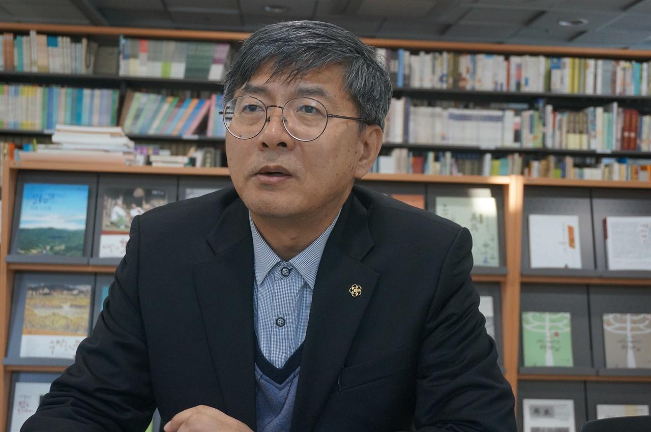 이동준 이천문화원 사무국장, 이천문화원 시민기록관에서.