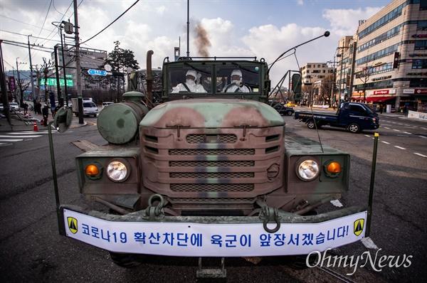 4일 오전 서울 은평구 역촌역 일대에서 코로나19 예방을 위해 은평구청의 요청으로 수방사 제독차 3대가 동원되어 방역작업을 하고 있다.