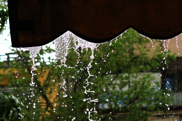 차양 아래로 떨어지는 빗물들. 보통 빗방울들이 낙하하면 땅바닥과 충돌해 납작해진다. 그러나 이론상으로는 빗방울들의 낙하 속도를 조절할 수 있다면 땅에 닿기 직전에 튀어오를 수도 있다,