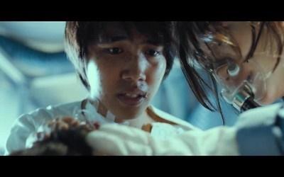 영화 <감기>의 한 장면. 바이러스 감염자들은 밀입국 노동자 '몽싸이'에게서 발견된 항체로 전염병을 치료하고 목숨을 구하게 된다.