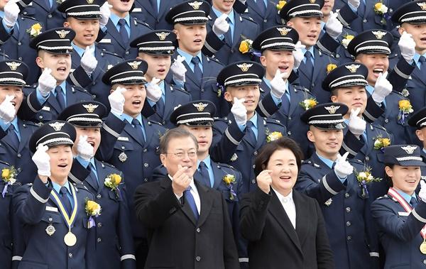 문재인 대통령과 김정숙 여사가 4일 청주 공군사관학교에서 졸업생도들과 기념촬영을 하고 있다.