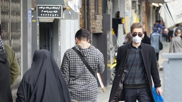지난 2월 23일(현지시간) 오후 마스크를 쓰고 외출한 테헤란 시민. 이란에서는 23일 현재 신종코로나바이러스(코로나19) 감염증에 전염된 환자가 43명 확인됐다. 이들 가운데 8명이 사망해 중국를 제외하고 가장 많은 사망자가 발생했다.