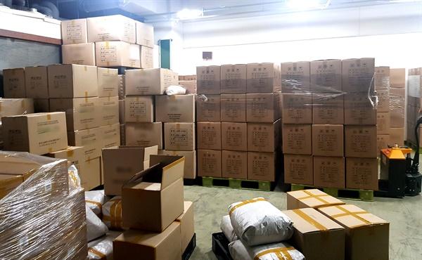 경남지방경찰청은 인증받지 않은 보건 마스크 판매한 생산업체 대표 등 3명을 적발하고 공장 내부에 보관중인 마스크 18만 5000장을 확보했다.