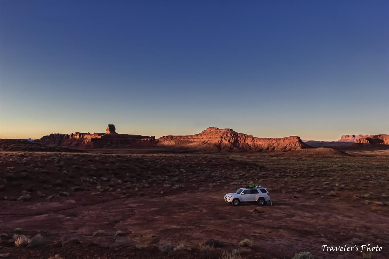 신들의 계꼭의 아침 아침 햇살에 반짝이는 뷰트(Butte)들