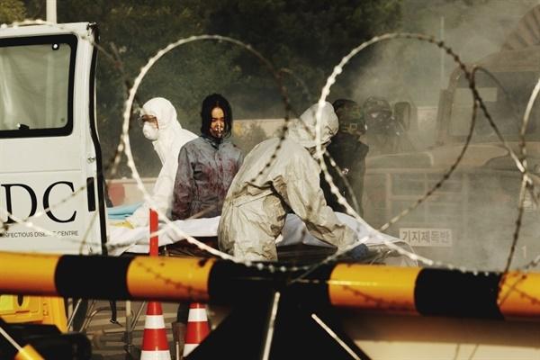 영화 < 감기 >는 치사율 100%에 이르는 감기 바이러스가 확산되면서 국가 재난 사태가 선포되고 도시를 폐쇄하는 아비규환 속에서 살아남으려는 인간의 사투를 그린 영화다.
