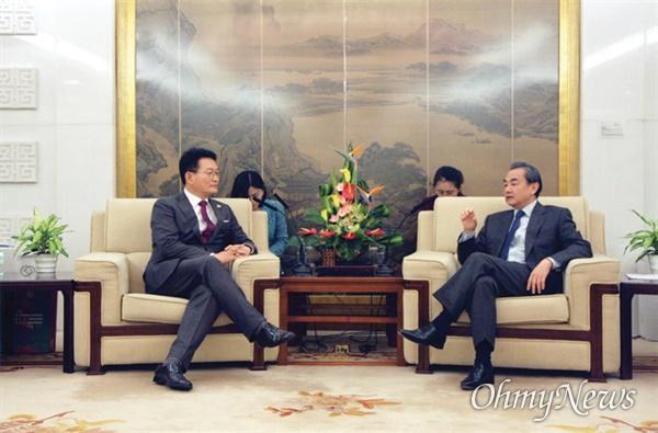 송영길 의원은 2017년 1월 4일 중국 베이징 외교부 청사에서 왕이 외교부장을 만나 사드배치 문제 등을 논의했다.