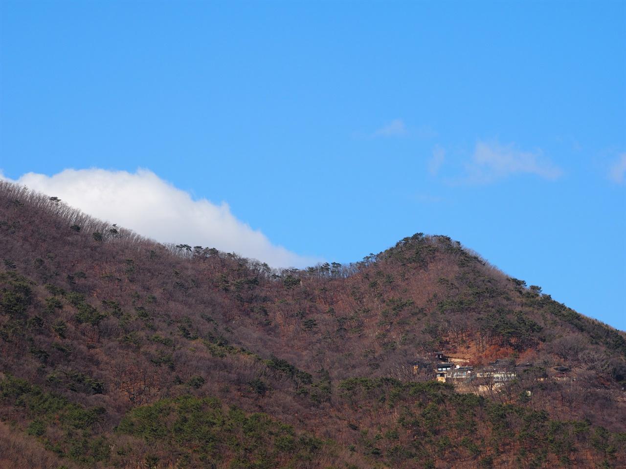 운길산역에서 바라본 수종사 해발 610m의 운길산 중턱에 폭 안겨있다.