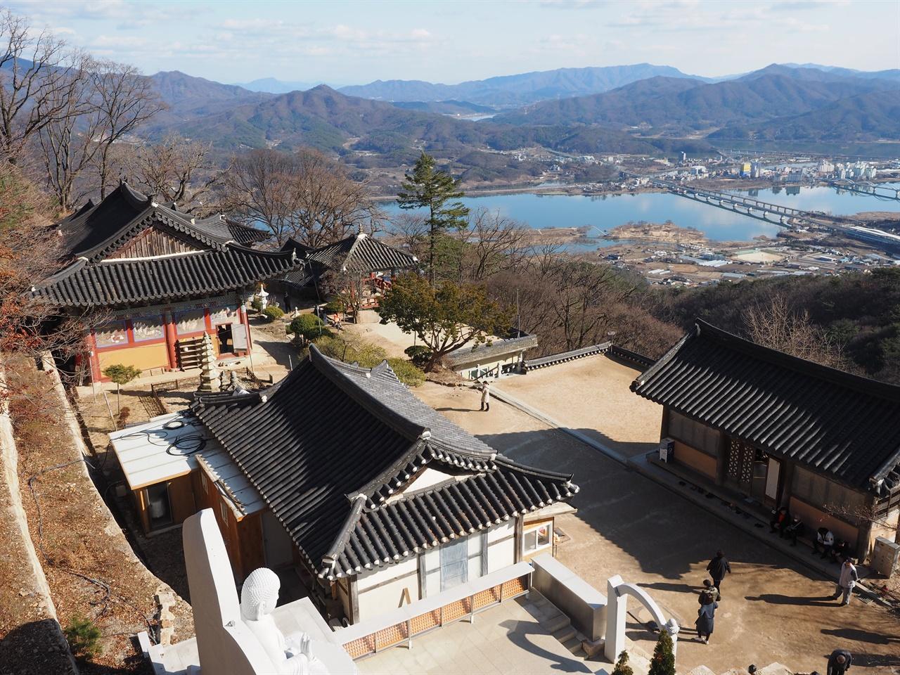 산신각에서 본 수종사 경내 오른쪽에 보이는 건물이 무료찻집 '삼정헌'이다.