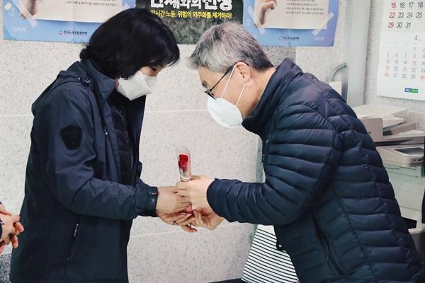 노회찬재단 관계자들이 세계여성의날을 맞아 5일 국회 청소노동자들에게 장미꽃을 전달하고 있다.
