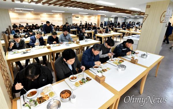 인천시는 3월 2일부터는 시청 식당인 소담홀은 직원 간 감염을 차단하기 위해 식사할 때 한 줄로 앉아 식사하고, 매점 테이블 이용을 금지했다.