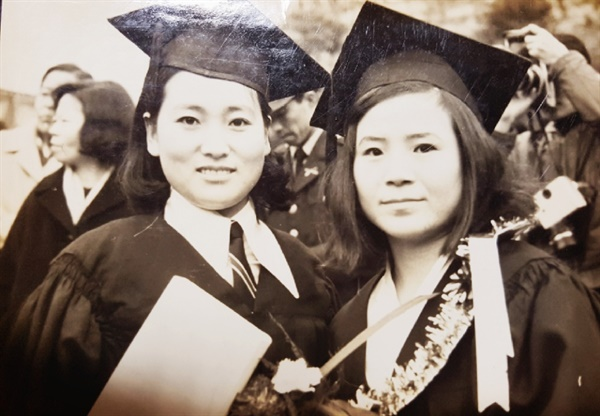 66학번 윤정모  졸업사진 (오른쪽이 엄마다)