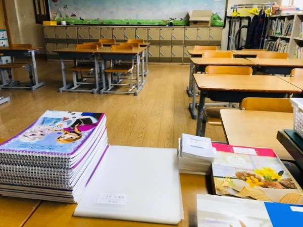 경기 둔대초 3학년 1반 교실, 개학 연기로 인해 3월이 왔지만 교실은 텅 비어 있다. 담임을 맡은 이영근 교사는 개학이 되면 만나게 될 학생들 이름을 하나하나 학습자료에 붙여가면서 '집에서 생활하고 있을 학생들'을 생각했다. 그러면서 쓰게 된 글이 '개학연기 집살이 안내글'이다.