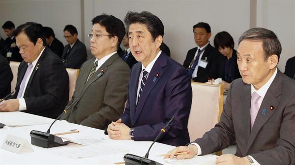"""코로나19 회의 발언하는 일본 아베 총리 아베 신조(安倍晋三) 일본 총리가 5일 오후 도쿄 총리관저에서 열린 코로나19 대책본부 회의에서 발언하고 있다. 교도통신은 아베 총리가 이날 """"중국·한국으로부터의 입국자에 대해 검역소장이 지정한 장소에서 2주간 대기하고 국내 대중교통을 사용하지 말 것을 요청한다""""고 말했다고 전했다."""