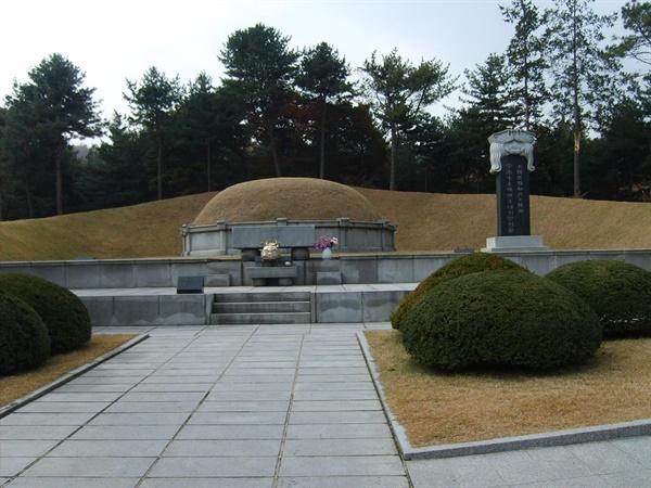 서울현충원에 있는 이승만 부부의 무덤.