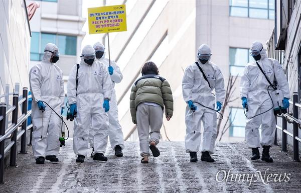 6일 오전 서울 강남구 신사동 일대에서 코로나19 방역을 위해 수방사 소속 병사들이 방역작업을 하고 있다.