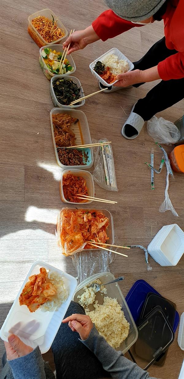 격리소에 배달된 한국음식 대사관이 주선해 키르기즈 보건당국의 허가로 반입된 한국음식들. 보건당국의 배려로 격리소 한인들이 한식으로 식사를 하고 있다
