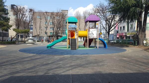 유성구 구암동의 창리어린이공원. 텅빈 놀이기구가 쓸쓸하다.