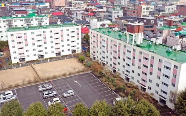 코로나19가 확산하는 대구에서 국내 첫 아파트 대상의 코호트 격리가 시행됐다. 130여 가구가 사는 것으로 전해진 이 아파트에선 지금까지 46명의 확진자가 나온 것으로 파악됐다. 7일 해당 아파트의 모습.