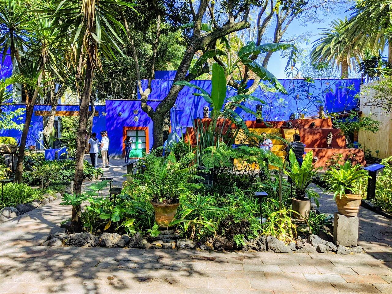 프리다 칼로 박물관 정원 프리다가 태어나고 자란 생가, 디에고와 이혼 후 돌아와 정원을 가꾸며 상처를 보듬었으며 1940년 디에고와 재결합한 후 함께 생활한 공간이다.