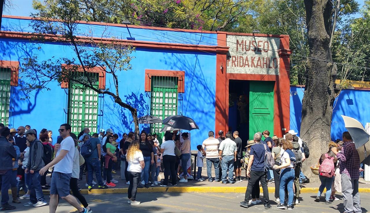 프리다 칼로 박물관 박물관 입구는 관람하려는 사람들로 장사진을 치고 있다.