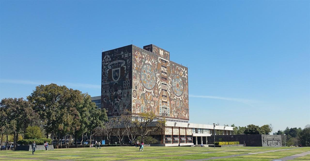 멕시코 국립 자치대학의 중앙 도서관 사면 벽이 모자이크 형태의 벽화로 이루어져 있다. 디에고 리베라가 아닌 후안 오고르만 작품이다.