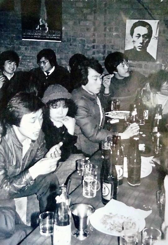 1984년 대학로에 있던 카페 8½ 시사실 안에서 모인 영화청년들. 왼쪽이 박종원 감독, 한 사람 건너 김의석 감독