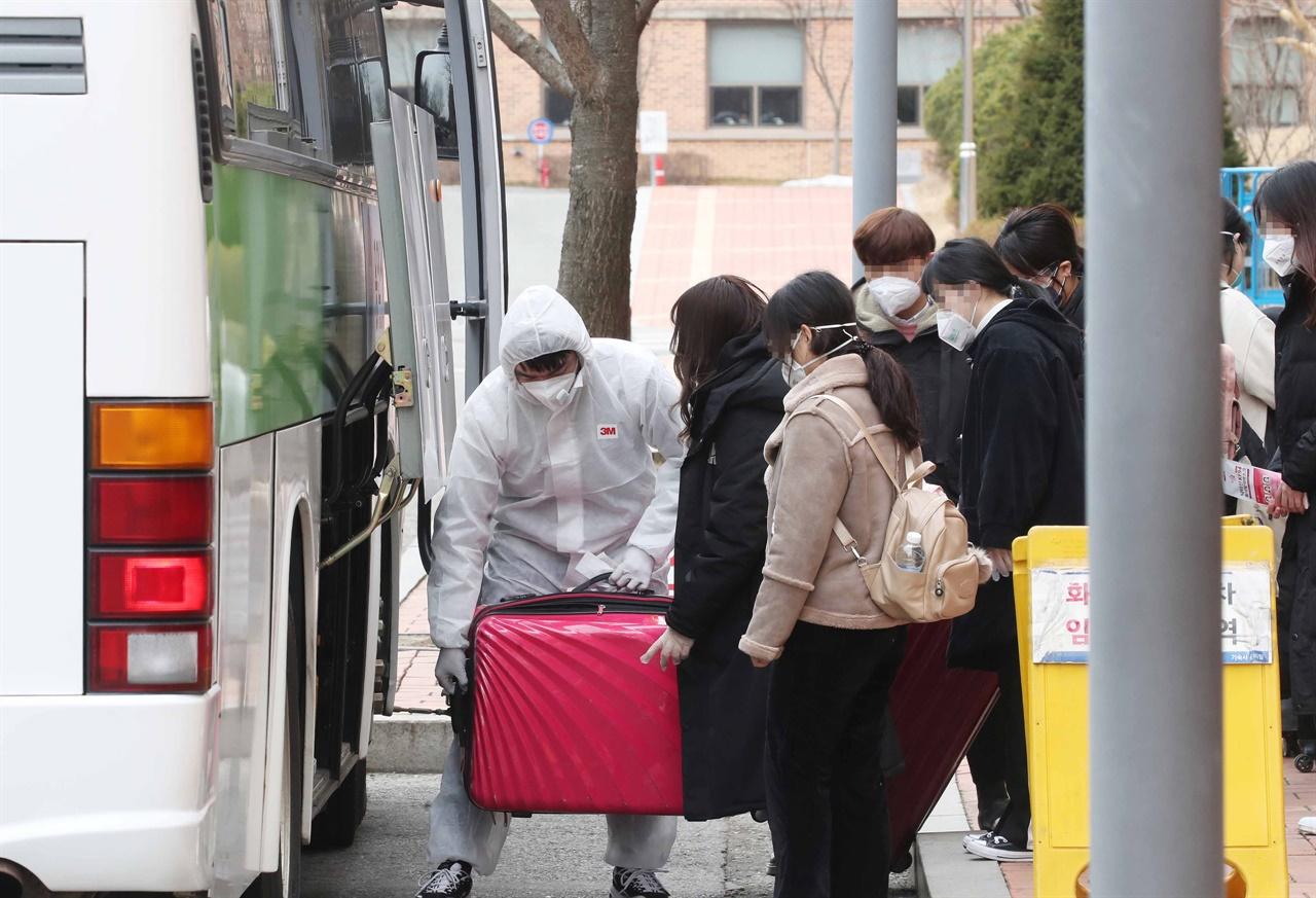 학교에 도착해 짐을 내리는 중국인 유학생들 모습