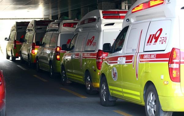지난 8일 대구시 중구 계명대학교 대구동산병원에서 코로나19 환자를 이송하는 119 앰뷸런스가 줄지어 서 있다.