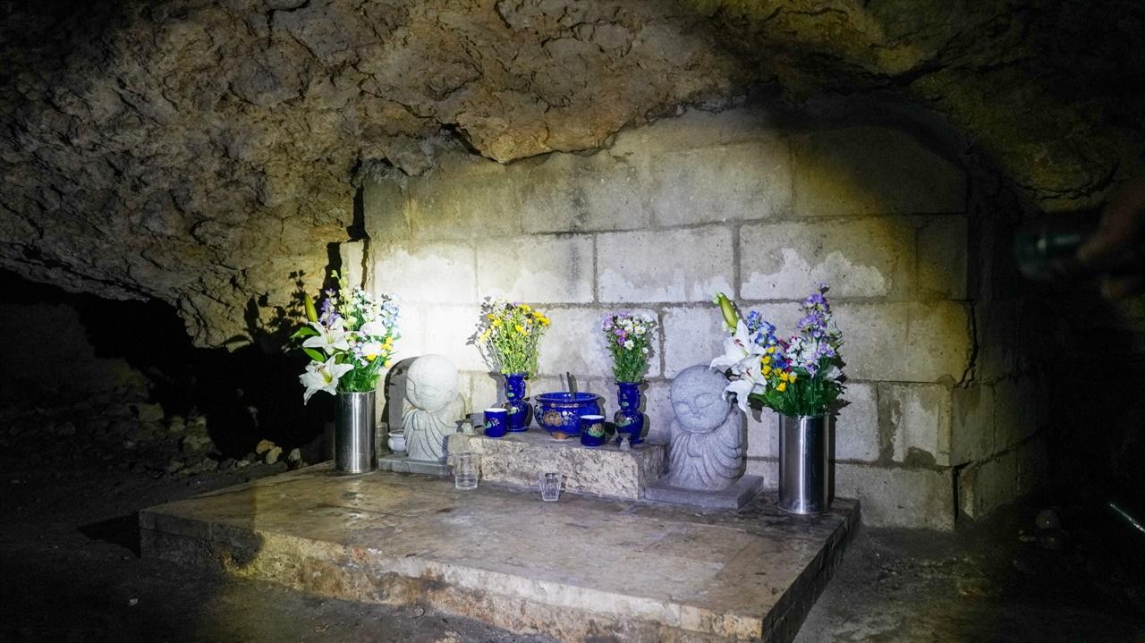치비치리동굴 안에는 당시 희생된 오키나와 주민들을 추모하는 위령제단이 만들어져있습니다