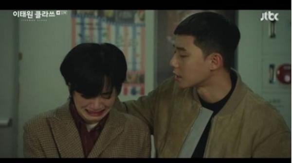 지난 7일 방영한 JTBC 금토드라마 <이태원 클라쓰>에서 강제 아웃팅을 당한 마현이(이주영 분)과 그를 위로하는 박새로이(박서준 분)