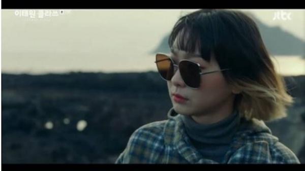 지난 7일 방영한 JTBC 금토드라마 <이태원 클라쓰>에서 강제 아웃팅을 당한 마현이(이주영 분)에게 '돌덩이'라는 시를 읊어주며 격려하는 조이서(김다미 분)