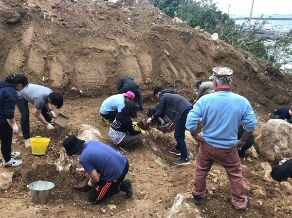 암석 사이사이 굴삭기가 닿을 수 없는 곳을 참가자들이 파냈습니다