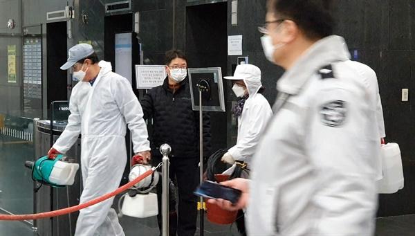 코로나19 취재를 위해 대구를 다녀온 서울시 출입 기자가 발열 증세를 보여 6일 시청 기자실 폐쇄된 후 방역 관계자들이 시청 안으로 들어가고 있다.