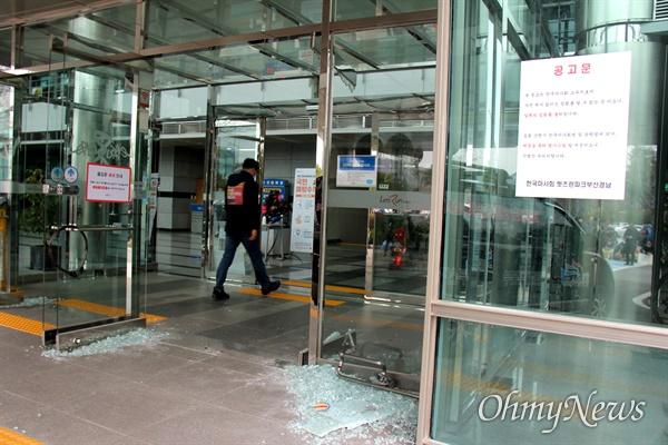 3월 9일 오후 한국마사회 부산경남경마공원 주차장에서 치러지기로 했던 고 문중원 경마기수의 영결식이 중단된 가운데, 본관 건물 현관 유리창이 깨져 있다.