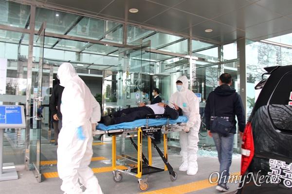 3월 9일 오후 한국마사회 부산경남경마공원 주차장에서 치러지기로 했던 고 문중원 경마기수의 영결식이 중단된 가운데, 본관 경비요원이 다쳐 119차량에 실려 병원으로 후송되었다.