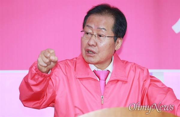 홍준표 전 자유한국당 대표가 미래통합당 공천결과에 대한 입장을 밝히는 기자회견을 9일 양산을 선거사무소에서 열고 있다.
